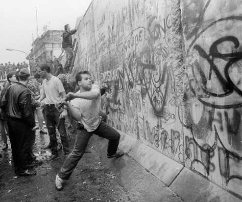 Google'dan Berlin Duvarı'nın Yıkılışı Doodle'ı