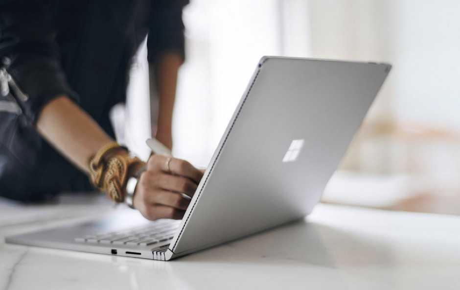 Microsoft Surface Book Reklamında Yine Apple'a Sataştı