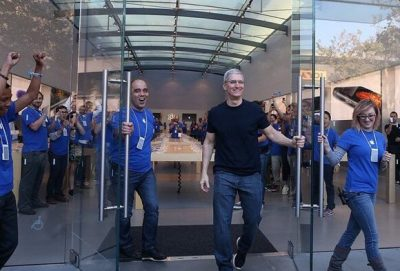 iPhone 7 için Sıraya Girenlere Kapıyı Apple CEO'su Açtı